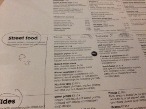 Tjeneren har tegnet og fortalt på menukortet